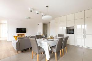 Modern 4 Bedroom Apartment up to 8 guests airconditioning parking