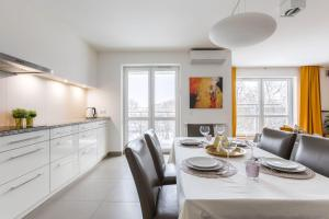 VIVE Modern 4 Bedroom Apartment up to 8 guests airconditioning parking
