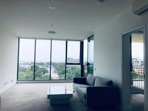 Amazing View! 2 Bed 2 Bath APT Close to the Airport + FREE PARKING! - Marrickville