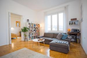 obrázek - Bright top floor apartment near downtown