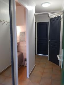 T2 Les Restanques de St Tropez, Апартаменты  Гримо - big - 5