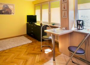 great cozy studio apartment with wi-fi internet and tv cable.