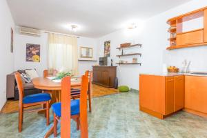 obrázek - Vivid One Bedroom Apartment, with Terrace & Garden