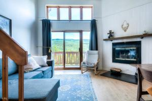 2 Bedroom Condo with a View of Tremblant by Den Stays