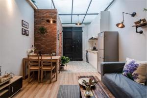 Old French Concession Shikumen Apartment, Apartments  Shanghai - big - 12
