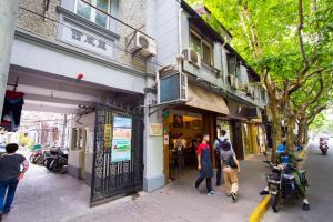 Old French Concession Shikumen Apartment, Apartments  Shanghai - big - 3