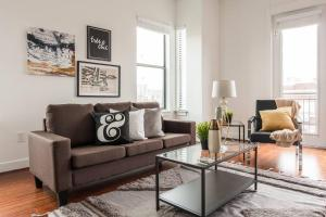 . 1 BR Uptown Apt close to shopping by Frontdesk