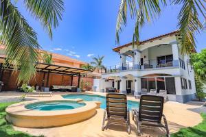 Casa Tres Cocos, Elegant Beachfront Home Santa Cruz