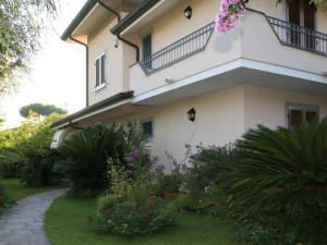 Forte dei Marmi Villa Sleeps 10 Air Con WiFi - AbcAlberghi.com