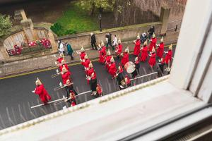 obrázek - WATCH THE CHANGING OF THE GUARD FROM THE WINDOW ❤︎ of Windsor