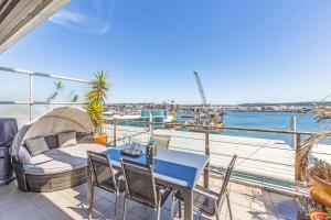 Luxury 3BR, 1.5 Bath Penthouse with Fabulous Views - Apartment - Auckland