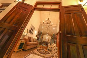 Thompson Manor (A Luxury Villa in Galle), Vily  Gálla - big - 79