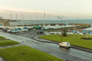 Modern apt, amazing harbour views, wifi & parking