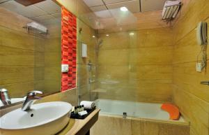 Hotel Aura, Отели  Нью-Дели - big - 143