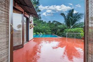Riverside pool villa in Alto de Porvorim, Goa, by GuestHouser 65646, Vily  Macasana - big - 16