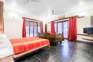 Riverside pool villa in Alto de Porvorim, Goa, by GuestHouser 65646, Vily  Macasana - big - 27