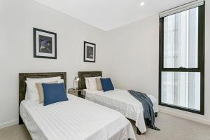 Close to Sydney CBD, this bright north facing apartment enjoys a relaxing Parkside Setting with impressive city views - MEZZO - Glebe