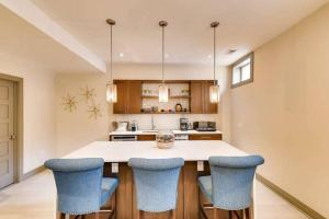 obrázek - Two-Bedroom Basement Apartment near Sloan's Lake