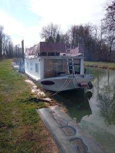 Location gîte, chambres d'hotes Bateau houseboat camille dans le département Ardennes 8