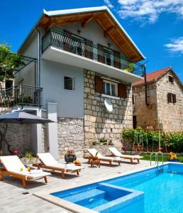 Cozy house Duje with heated pool and jacuzzi