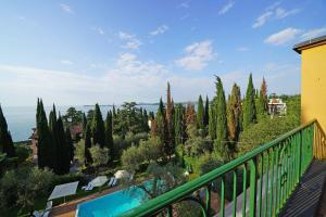 Villa Vibe Luce, beautiful period villa with private pool and lake view, Ville  Gardone Riviera - big - 3