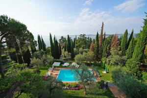 Villa Vibe Luce, beautiful period villa with private pool and lake view, Ville  Gardone Riviera - big - 5
