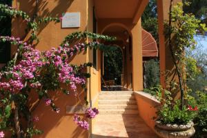 Villa Vibe Luce, beautiful period villa with private pool and lake view, Ville  Gardone Riviera - big - 10