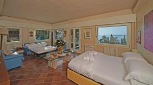 Villa Vibe Luce, beautiful period villa with private pool and lake view, Ville  Gardone Riviera - big - 11