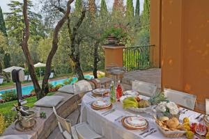 Villa Vibe Luce, beautiful period villa with private pool and lake view, Ville  Gardone Riviera - big - 15