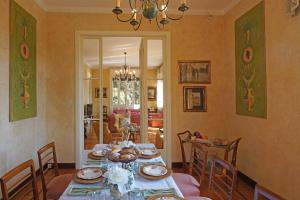 Villa Vibe Luce, beautiful period villa with private pool and lake view, Ville  Gardone Riviera - big - 17