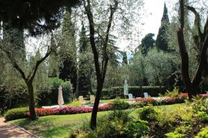 Villa Vibe Luce, beautiful period villa with private pool and lake view, Ville  Gardone Riviera - big - 21