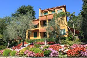 Villa Vibe Luce, beautiful period villa with private pool and lake view, Ville  Gardone Riviera - big - 22