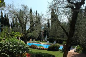 Villa Vibe Luce, beautiful period villa with private pool and lake view, Ville  Gardone Riviera - big - 24