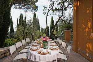 Villa Vibe Luce, beautiful period villa with private pool and lake view, Ville  Gardone Riviera - big - 26
