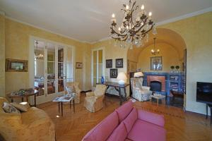 Villa Vibe Luce, beautiful period villa with private pool and lake view, Ville  Gardone Riviera - big - 27