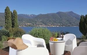 Villa Portesina, lakefront villa with private pool and garden sleeps 10