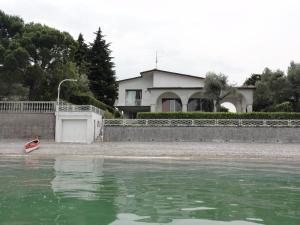 obrázek - Villa Rocca, lakefront villa on a pristine beach with stunning views, sleeps 10