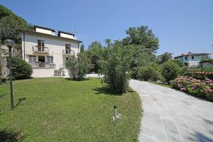 Villa Melograno, fantastic private family villa with pool and garden, Villák  Gardone Riviera - big - 11