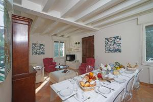 Villa Melograno, fantastic private family villa with pool and garden, Villák  Gardone Riviera - big - 18