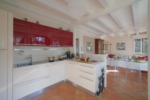 Villa Melograno, fantastic private family villa with pool and garden, Villák  Gardone Riviera - big - 30