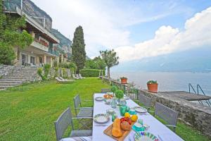 obrázek - Villa Cappelletta, entire villa directly lake front with private dock sleeps 12