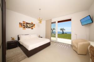 Villa Albachiara, Private Luxury villa with private pool and lake view, Villák  Gardone Riviera - big - 17