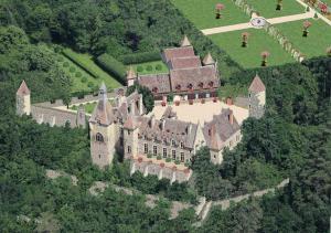 Location gîte, chambres d'hotes Château de Peufeilhoux dans le département Allier 3