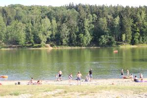 Domki nad jeziorem w Karłowicach