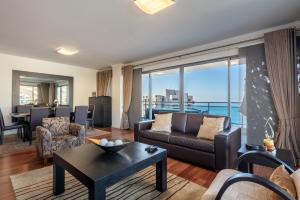 Santos Apartment by HR Madeira