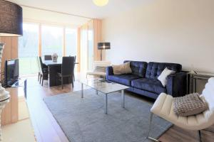 Super Sunny, Large 2 bed, Trendy,Private Apartment