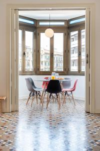 Sunny and Modernist apartment for groups in center