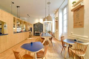 Location gîte, chambres d'hotes Away Hostel & Coffee Shop dans le département Rhône 69