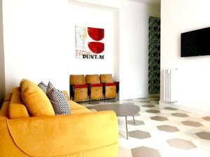 50 shades of grey ... and a yellow sofa - AbcAlberghi.com