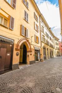 Lupari Apartment, Palazzo storico sotto le Due Tor - AbcAlberghi.com